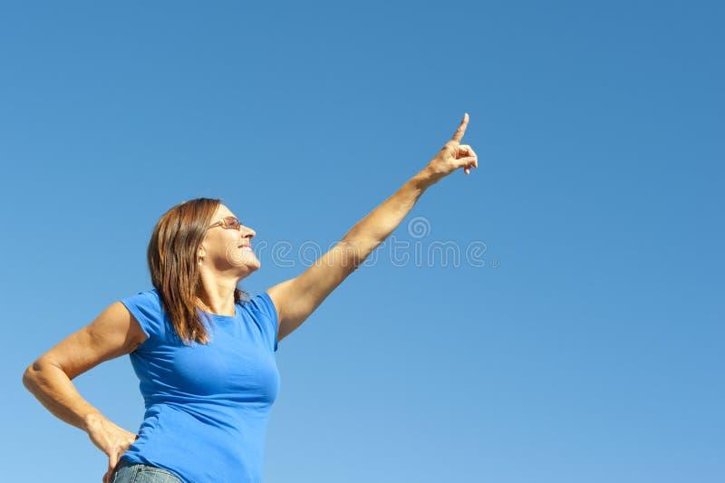 Positieve en optimistische rijpe vrouw stock fotografie