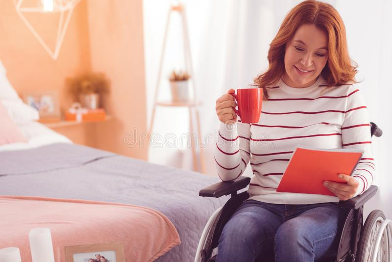 Positieve gehandicapte vrouw die een notitieboekje houden stock fotografie