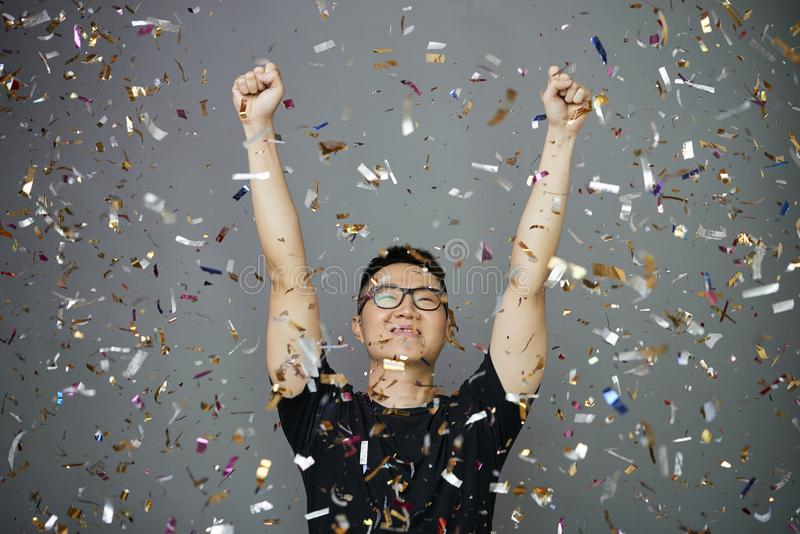 Positieve gelukkige jonge mens stock afbeelding
