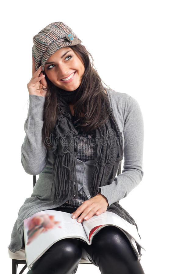 Positieve gelukkige jonge vrouw met tijdschrift stock afbeeldingen