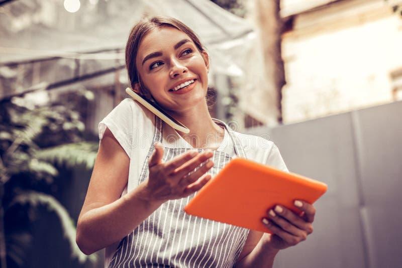 Positieve gelukkige vrouw die een telefoongesprek hebben royalty-vrije stock foto