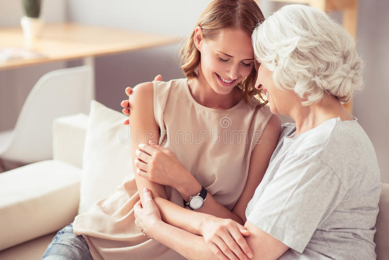 Positieve hogere moeder en haar dochter het omhelzen royalty-vrije stock foto's