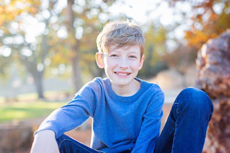 Positieve 10-jarige jongen buiten stock afbeelding