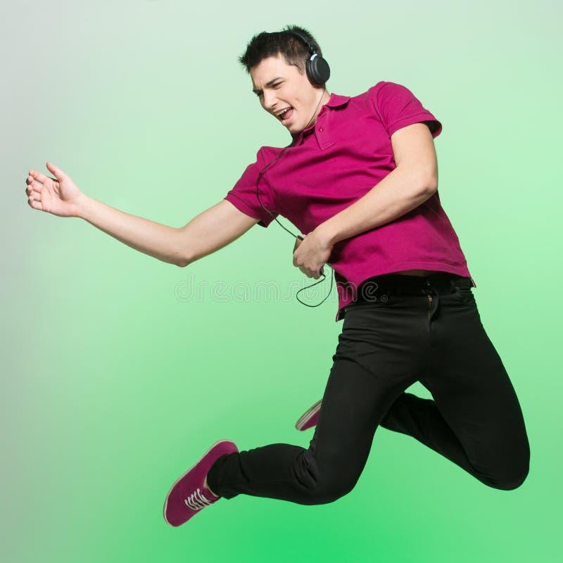 Positieve jonge en mens die springen zingen royalty-vrije stock foto's