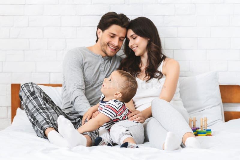 Positieve jonge familie die van comfortabel weekend thuis genieten royalty-vrije stock afbeeldingen