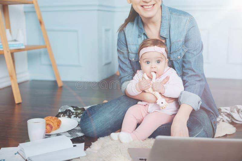 Positieve jonge moeder het besteden tijd met haar dochter royalty-vrije stock afbeelding