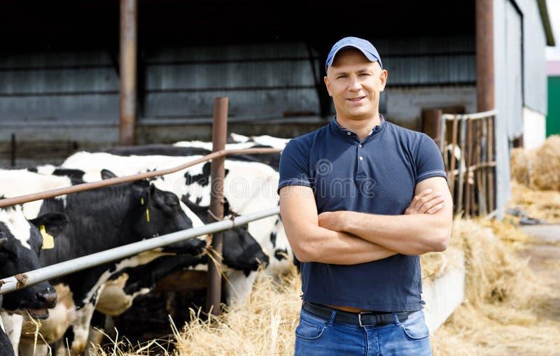 Positieve landbouwer met koeien royalty-vrije stock foto