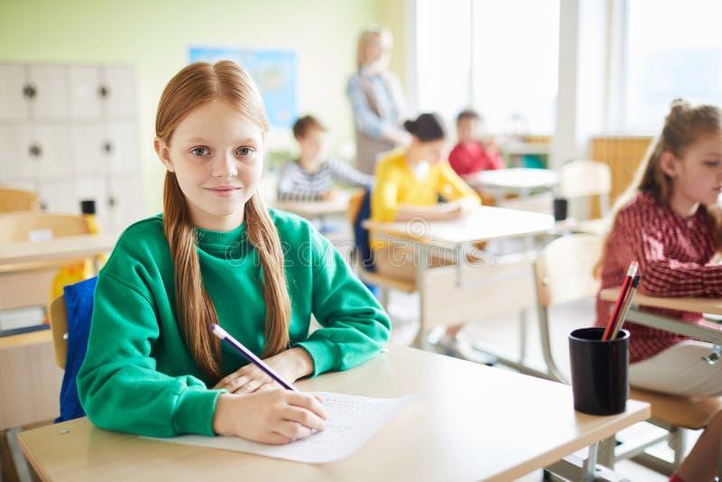 Positieve meisje het schrijven test stock afbeelding