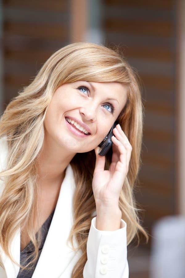 Positieve onderneemster die op telefoon spreekt royalty-vrije stock foto's