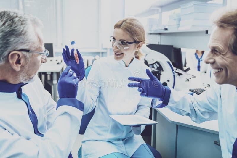 Positieve opgetogen collega's die in laboratorium werken royalty-vrije stock foto's