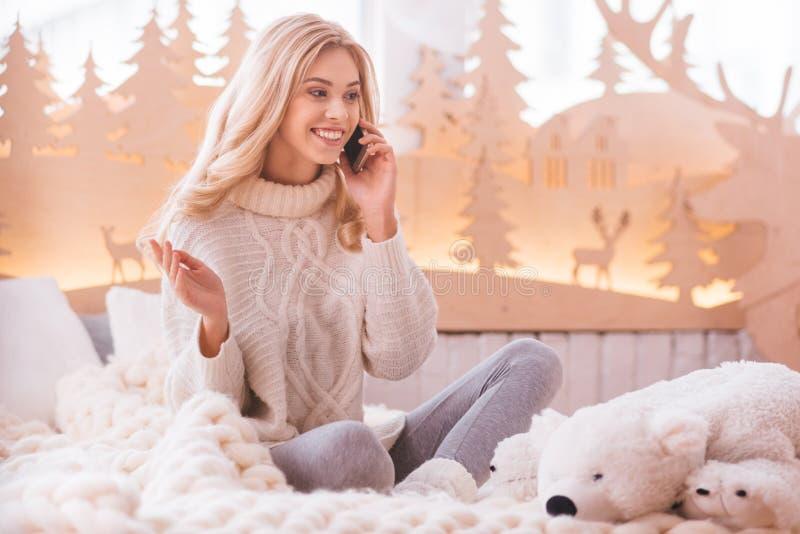 Positieve opgetogen vrouw die op de telefoon spreken stock afbeeldingen