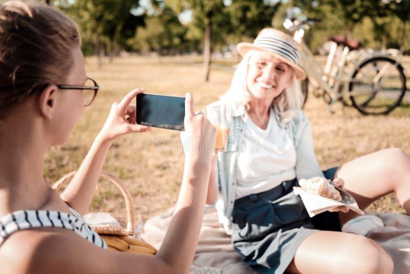 Positieve opgetogen vrouw die rust in park hebben royalty-vrije stock afbeelding