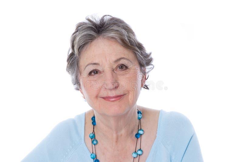 Positieve rijpe dame - oudere die vrouw op witte achtergrond wordt geïsoleerd royalty-vrije stock fotografie