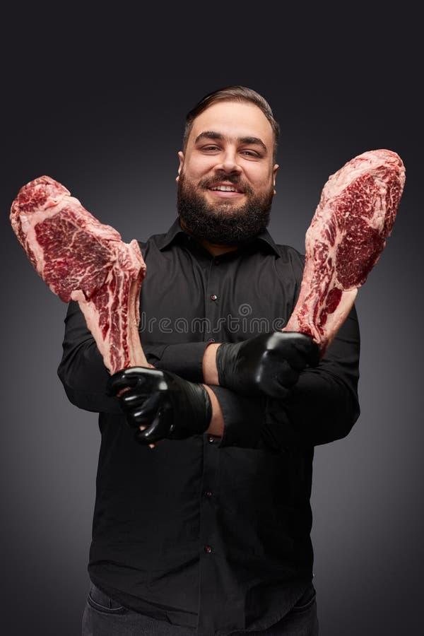 Positieve slager met ruw vlees royalty-vrije stock afbeelding