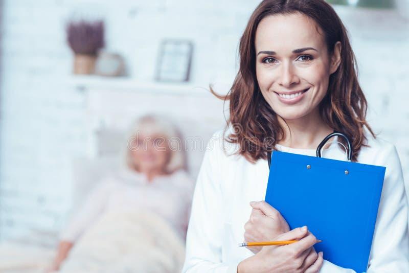Positieve therapeut die en omslag in het ziekenhuis bevinden zich houden royalty-vrije stock foto's
