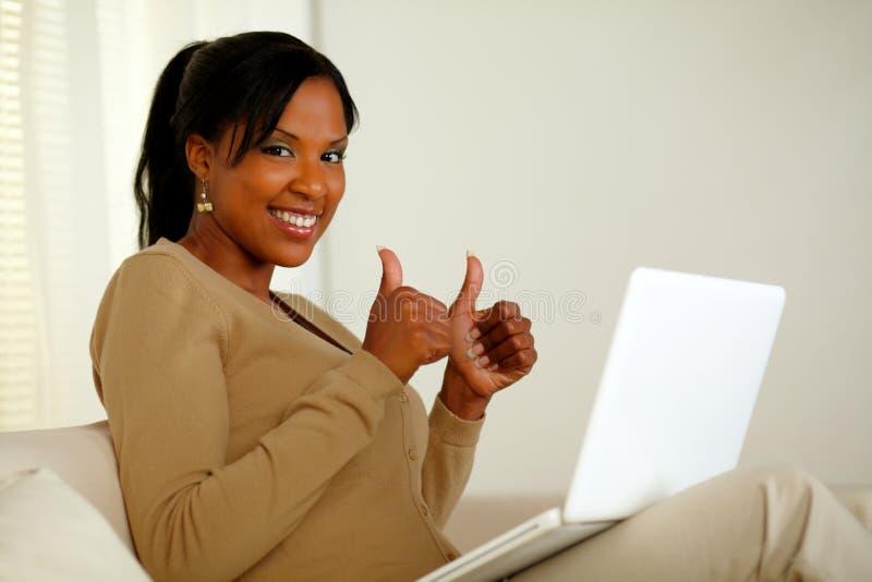 Positieve vrij Afro-Amerikaanse vrouw die u bekijkt royalty-vrije stock afbeelding