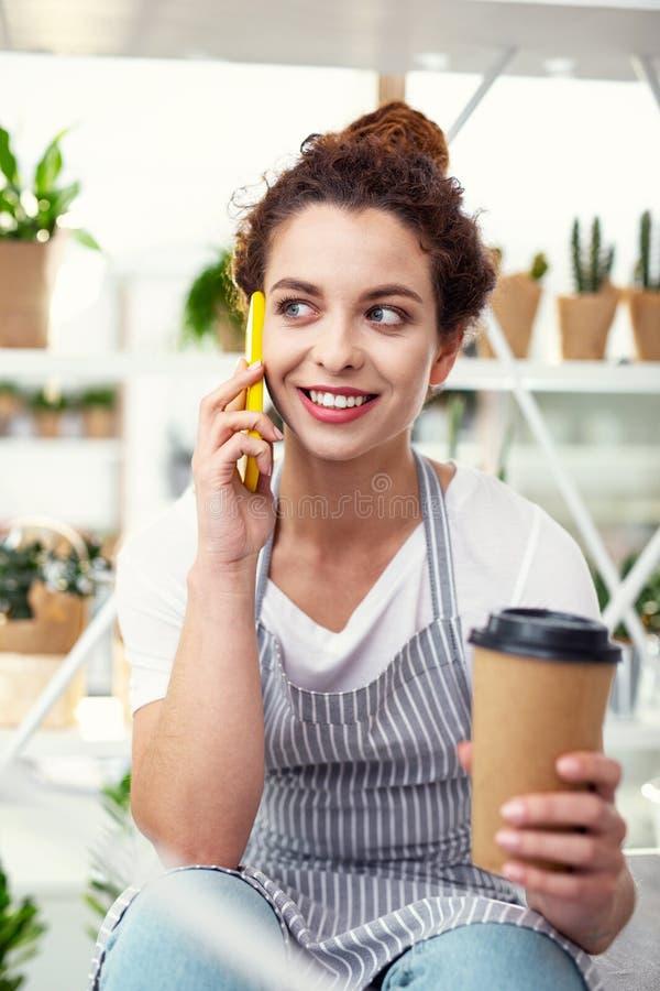 Positieve vrolijke vrouw die op de telefoon spreken royalty-vrije stock afbeeldingen