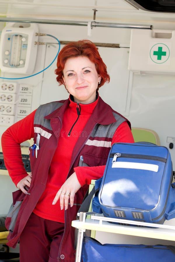 Positieve vrouwelijke paramedicus stock afbeelding