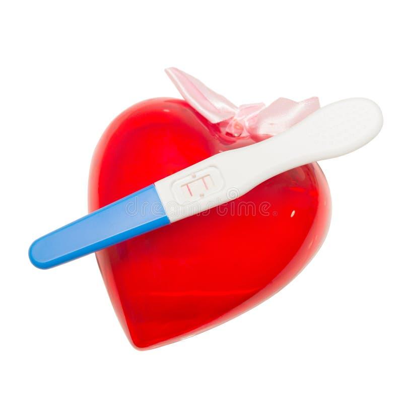 Positieve zwangerschapstest en hart stock afbeelding