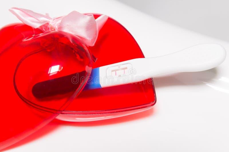 Positieve zwangerschapstest en hart royalty-vrije stock afbeelding