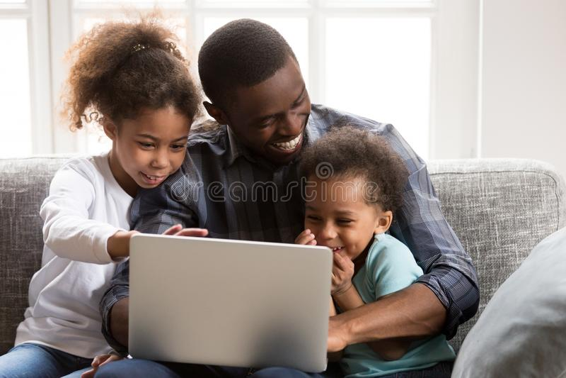 Positieve zwarte Afrikaanse familie samen thuis royalty-vrije stock afbeelding