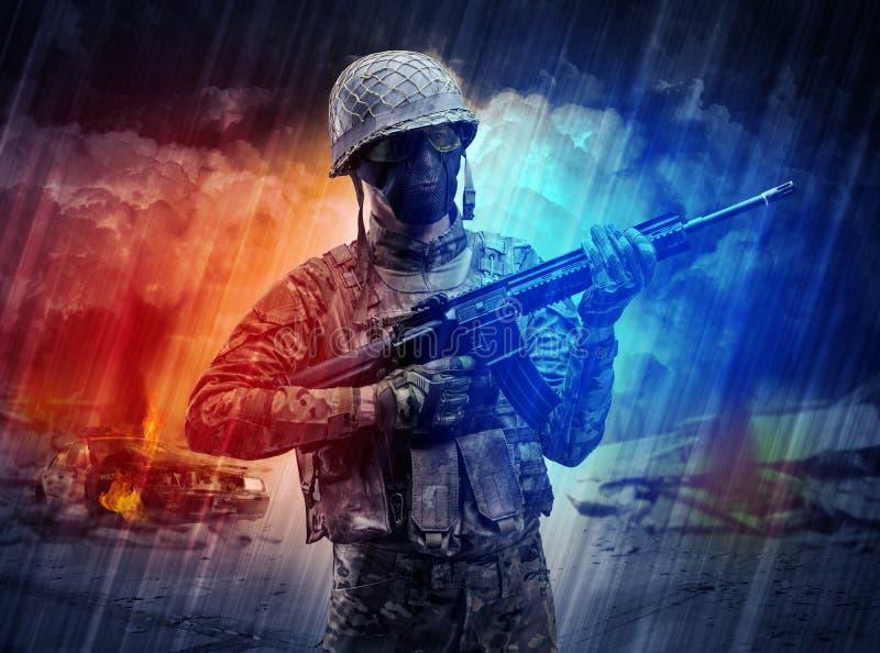 Position armée de soldat au milieu de tempête de poussière image libre de droits