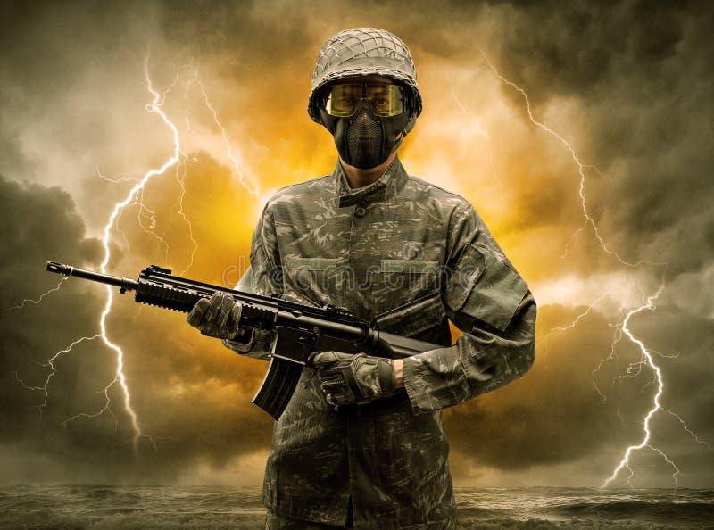 Position armée de soldat par temps obscur photos libres de droits