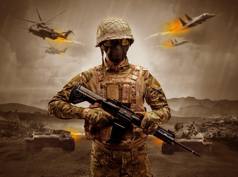 Position arm?e de soldat au milieu d'une guerre photos stock