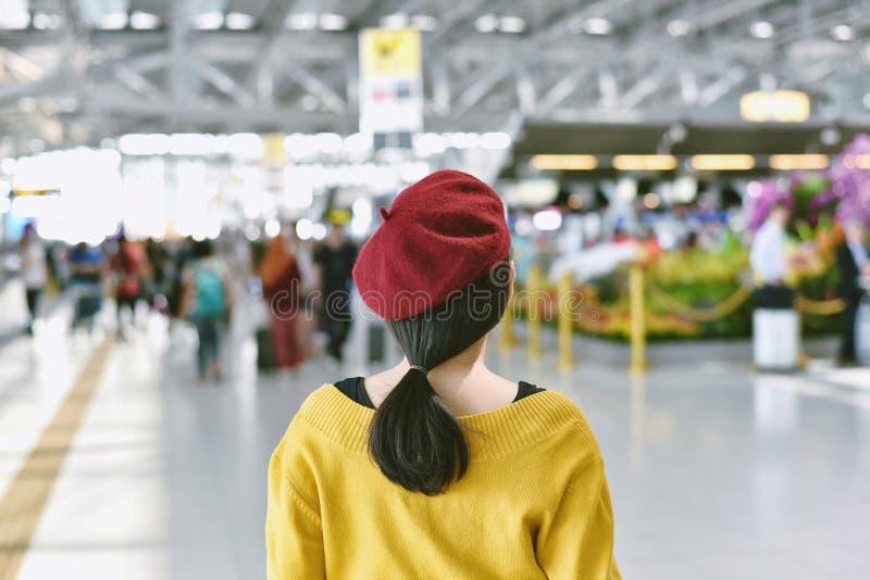 Position asiatique de femme dans le hall d'exposition de foire commerciale photo libre de droits