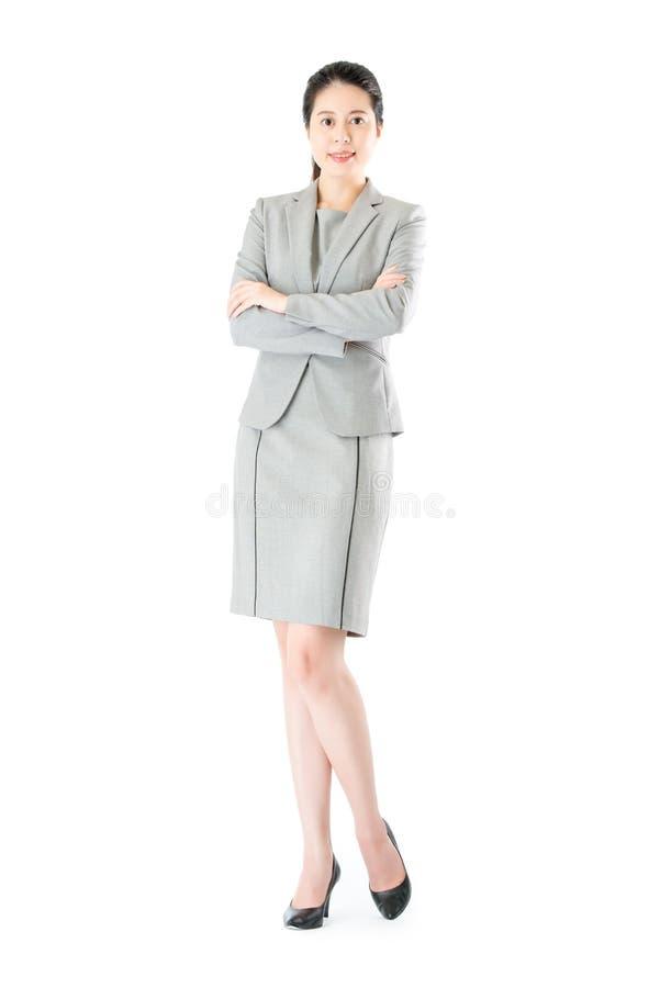 Position asiatique sûre de bras de croix de femme d'affaires de beauté photos stock