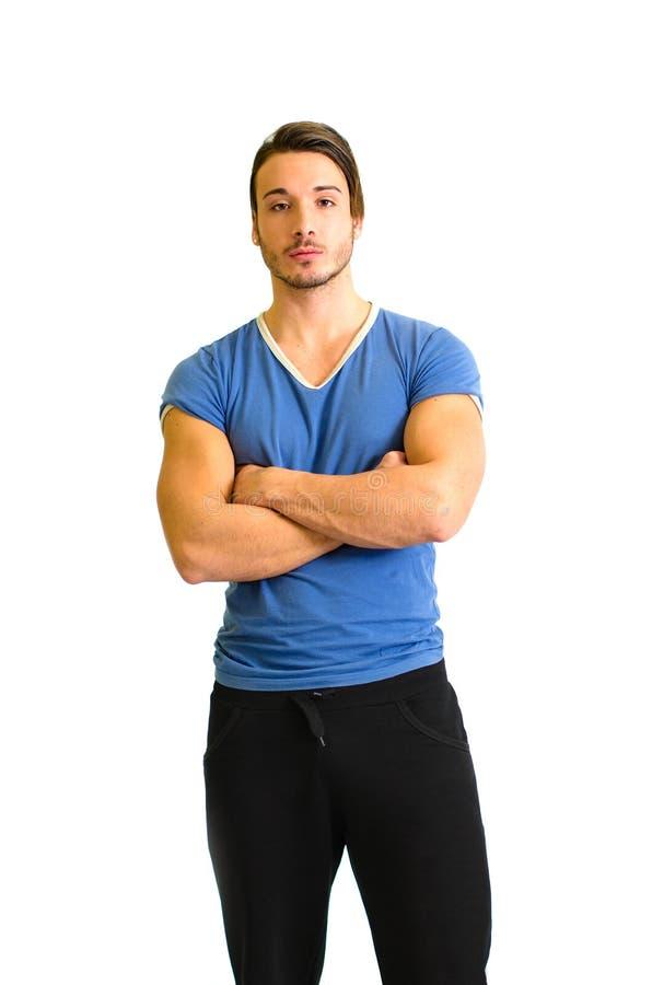 Position attrayante et convenable de jeune homme, bras croisés photographie stock