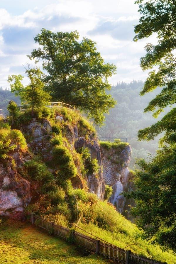 Position avantageuse de Burg Falkenstein au-dessus de la rivière de Brenz photographie stock libre de droits