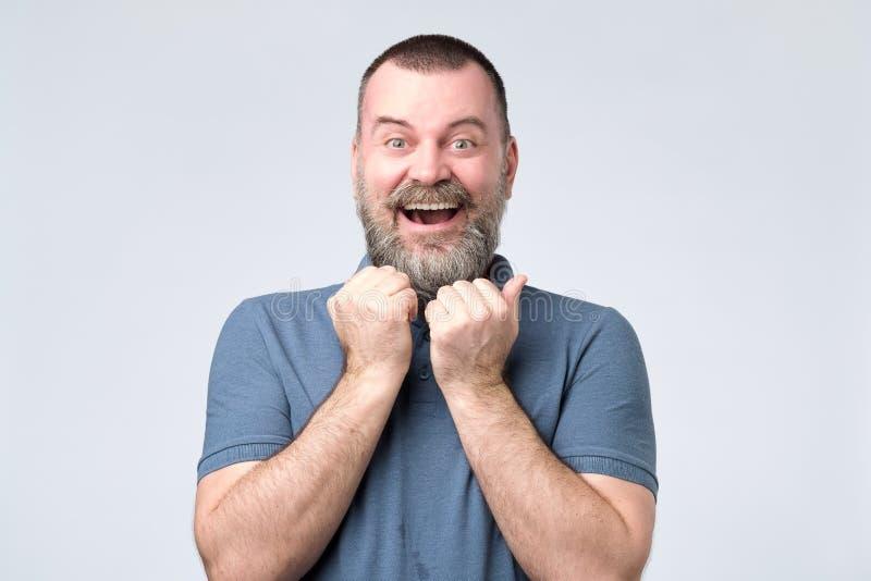 Position barbue enthousiaste d'homme avec des poings  photos libres de droits