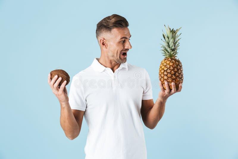Position blanche de port de T-shirt de jeune homme beau photo stock