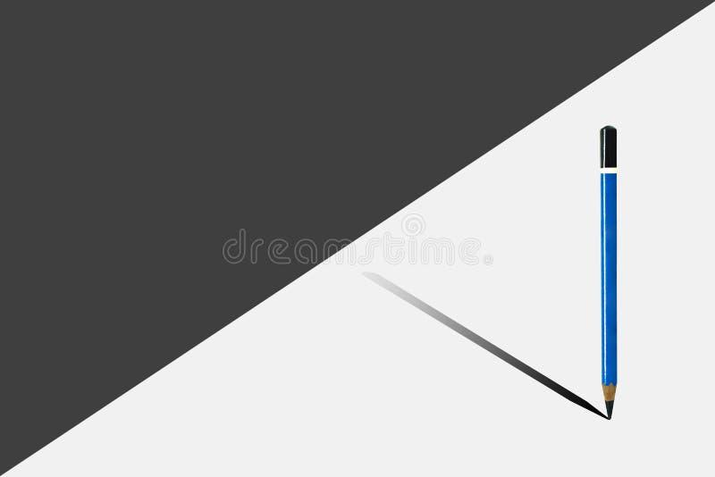 Position Blue pencil sur le demi plancher noir et blanc avec l'ombrage d'ombre sur la terre images libres de droits
