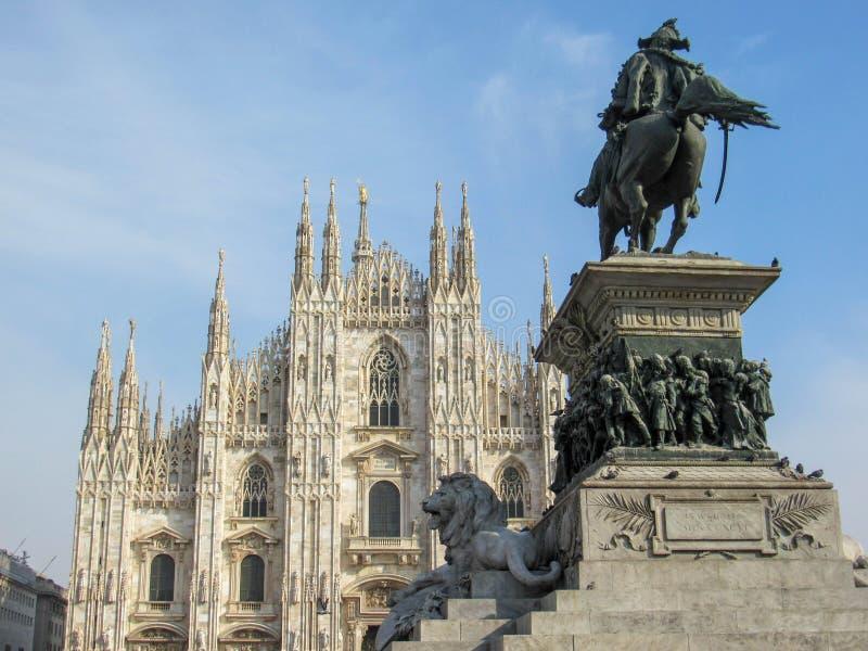Position d'église de Milan Cathedral fière en Piazza del Duomo à Milan, Lombardie, Italie en février 2018 photo libre de droits