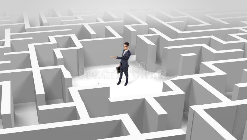 Position d'homme d'affaires à un milieu d'un labyrinthe photos libres de droits