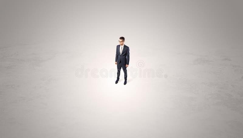 Position d'homme d'affaires au milieu d'un espace vide photo stock