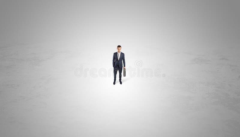 Position d'homme d'affaires au milieu d'un espace vide images libres de droits