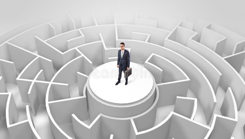 Position d'homme d'affaires sur le dessus d'un labyrinthe images libres de droits
