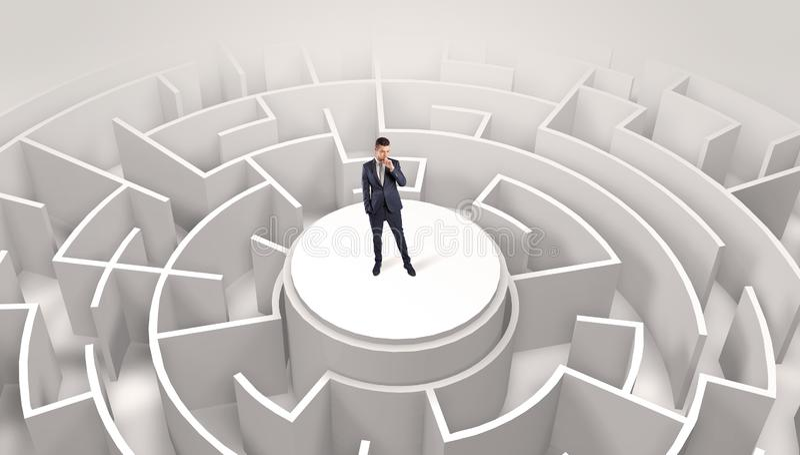 Position d'homme d'affaires sur le dessus d'un labyrinthe image stock