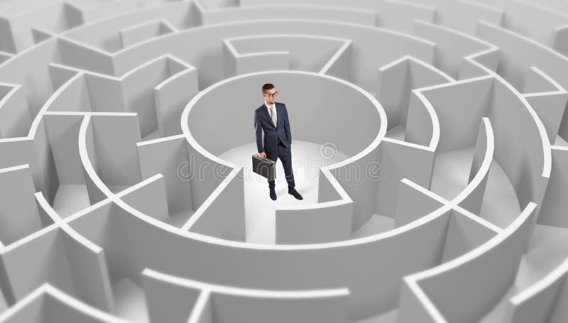 Position d'homme d'affaires ? un milieu d'un labyrinthe rond photo libre de droits