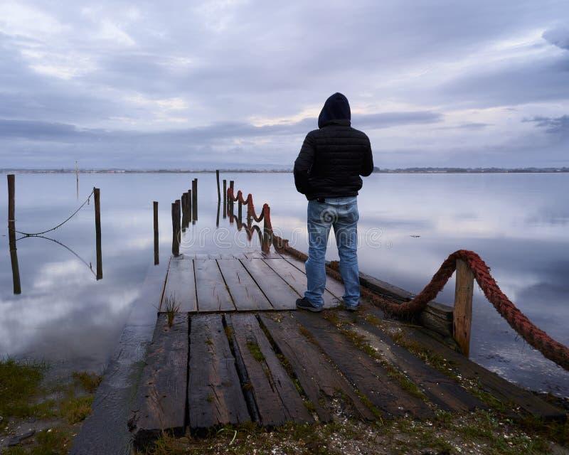 Position d'homme au dock photo stock