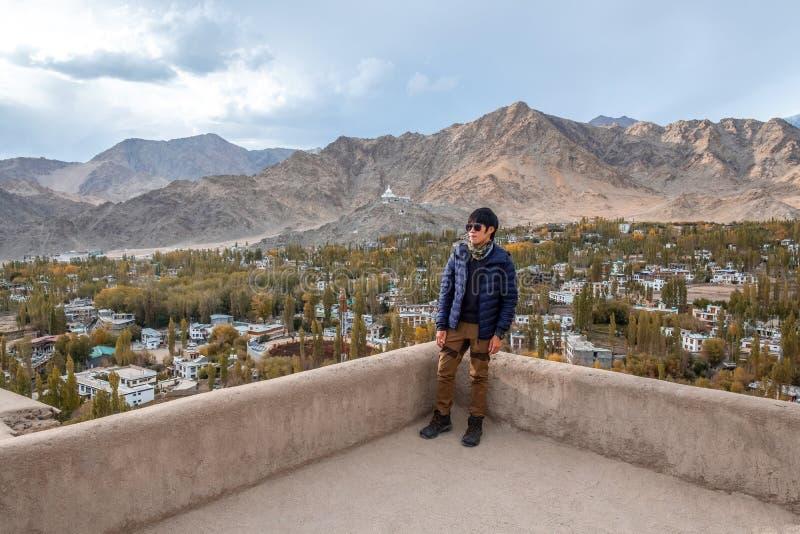 Position d'homme de voyageur et vue de regard de paysage dans le palais de Leh, pièce de Norther de l'Inde photos stock