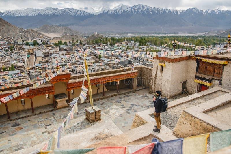 Position d'homme de voyageur et vue de regard de paysage dans le palais de Leh, pièce de Norther de l'Inde images stock