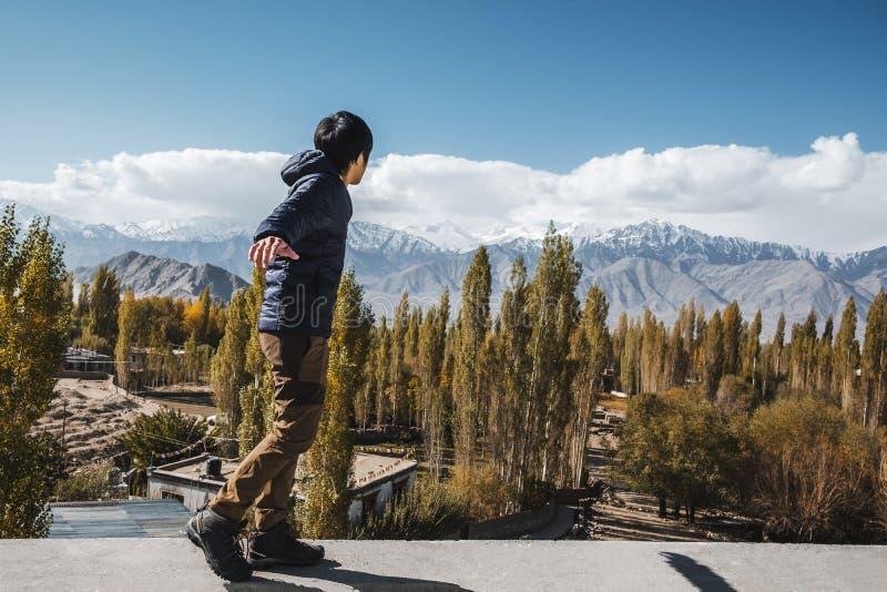 Position d'homme de voyageur et vue de regard de paysage dans le secteur de Leh Ladakh, pièce de Norther de l'Inde photo stock