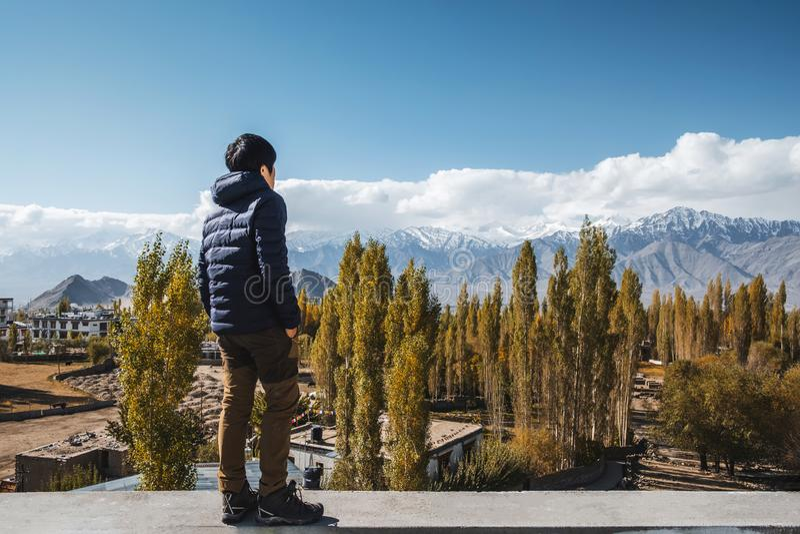 Position d'homme de voyageur et vue de regard de paysage dans le secteur de Leh Ladakh, pièce de Norther de l'Inde images libres de droits