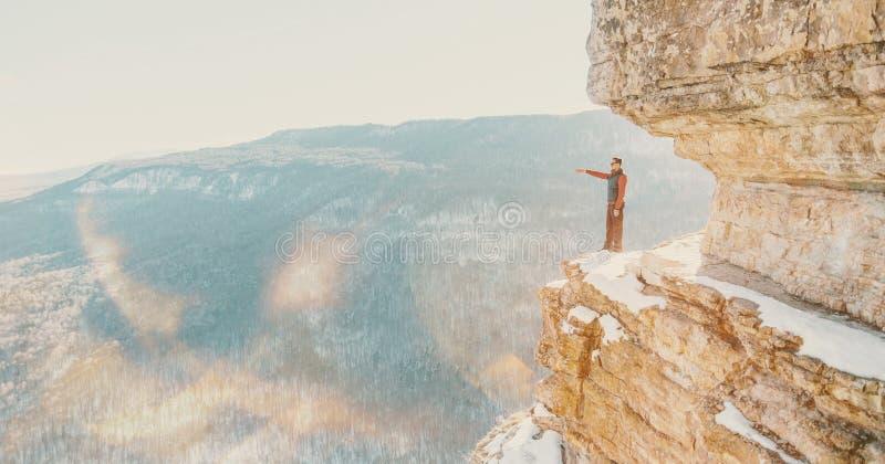 Position d'homme d'explorateur sur l'étagère d'Eagle de falaise photos libres de droits