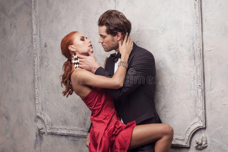 Position dans la robe classique rouge photo stock