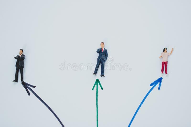 Position de chiffres de petit homme d'affaires images stock